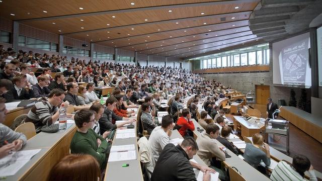 Studenten sitzen in einer Vorlesung der HSG.