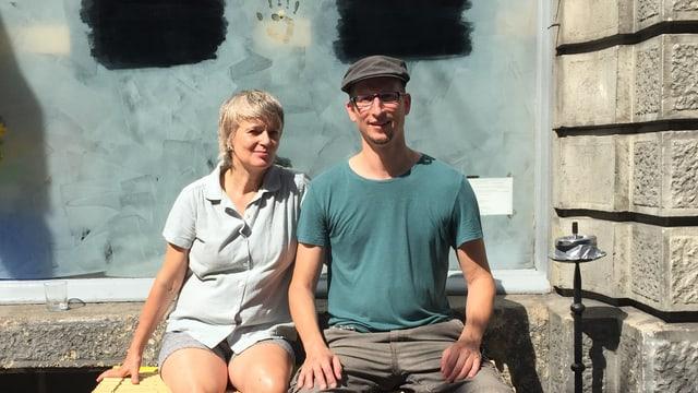 Kuratorin Roth Buck und Künstler Michel Winterberg vor dem Kunstraum Dock.