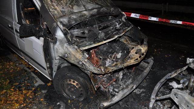 Ein weisser Lieferwagen, völlig verkohlt und ausgebrannt.
