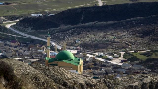Ina regiun muntagnarda cun ina moschea.
