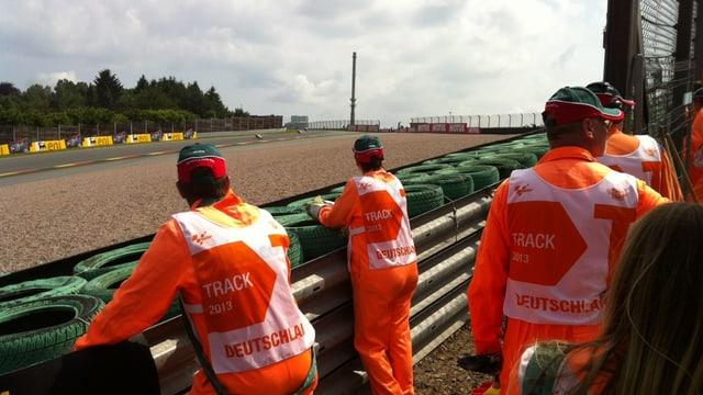 Die Streckenposten bei der Kurve 11 am Sachsenring.