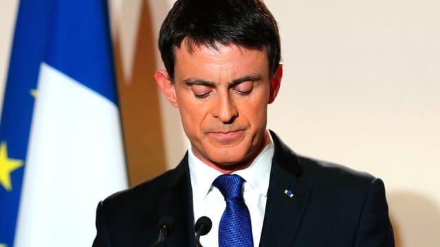 Ex-Premierminister Manuel Valls vor einem Mikrophon.
