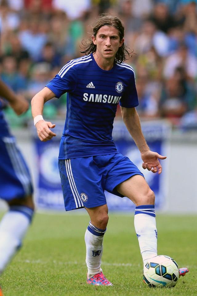 Filipe Luis behauptet den Ball in einem Testspiel von Chelsea.