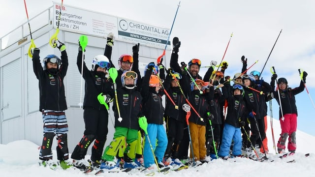 Ina gruppa giuvens skiunzs.