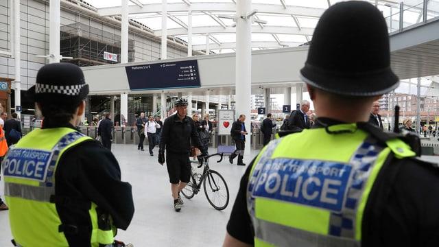 Polizisten in einer Bahnhofshalle in Manchester.