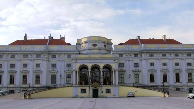 Aufnahme des Palais in Wien vor blauem Himmel.