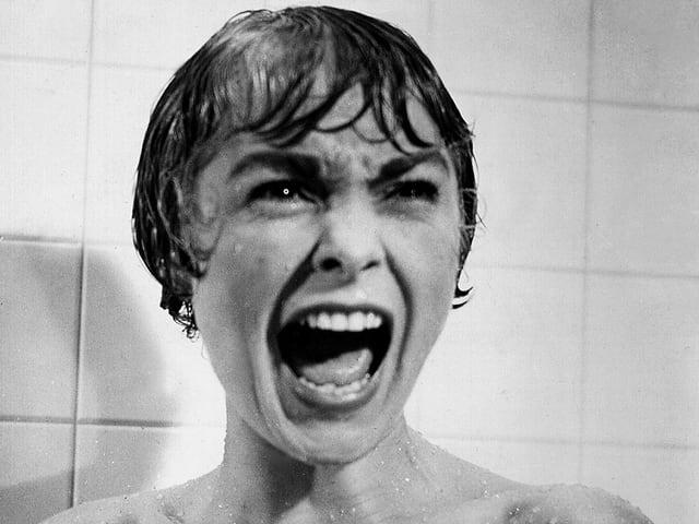 Schreiende Frau in der Dusche.