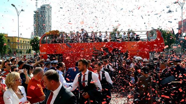 Albaniens Nationalmannschaft wird mit Konfettiregen empfangen