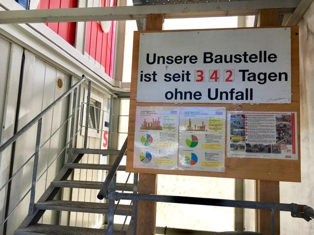 Eine Tafel mit der Aufschrift: Unsere Baustelle ist seit 342 Tagen ohne Unfall.