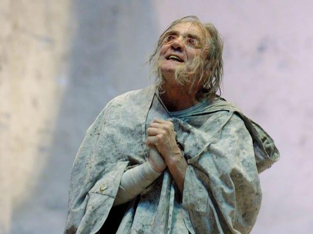 Bruno Ganz als Oedipus im Theater.