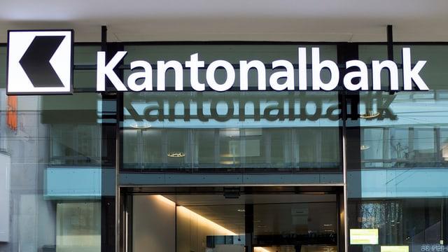 Blick auf eine Eingangstür der Basler Kantonalbank mit dem Firmenschriftzug