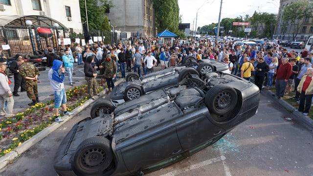 Umgekehrte Autos an einer Demonstration in Kiew.