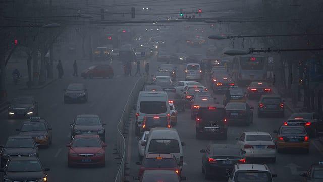 Purtret d'ina citaden China cun autos e nivels da smog.