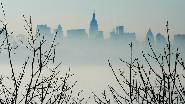 Skyline von New York im Nebel.