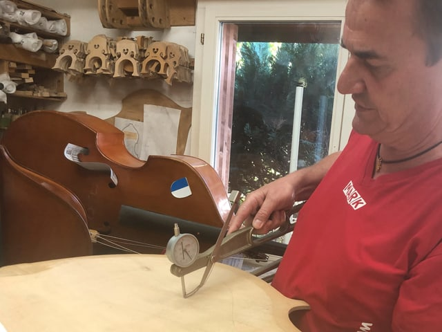 Mark Schuler misst die Dicke des Holzblattes.