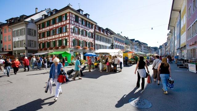 Platz in der Altstadt mit Fussgängern