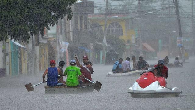 Menschen in einer mexikanischen Stadt können sich nur noch in Booten fortbewegen.
