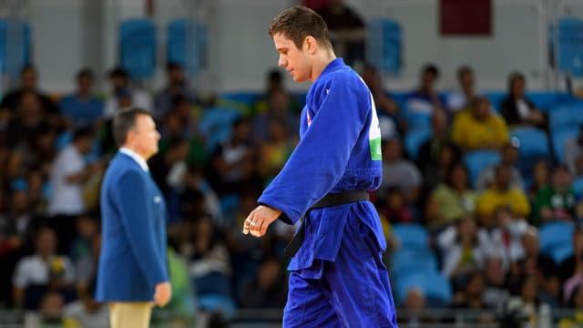 Mann in blauem Judotrainer.