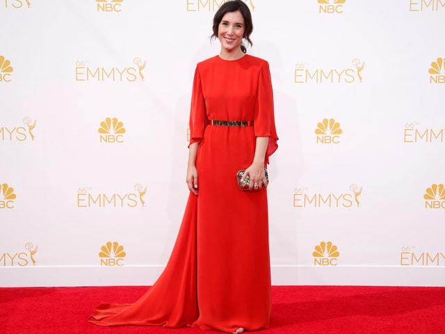 Sibel Kekili im roten Kleid auf dem roten Teppich der Emmys