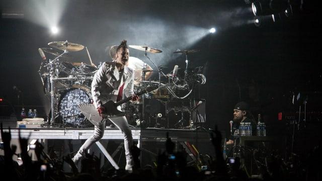 Jared Leto steht mit seiner Rock-Band «Thirty Seconds to Mars» auf der Bühne.