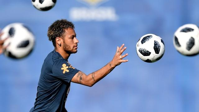 Neymar cun ballas da ballape en l'aria.
