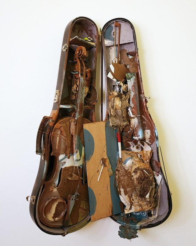 Geigenkasten mit zerbrochener Geige und Malutensilien