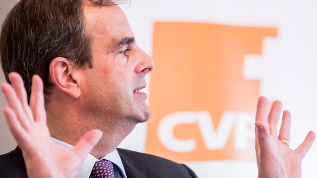 Gerhard Pfister vor dem CVP-Logo