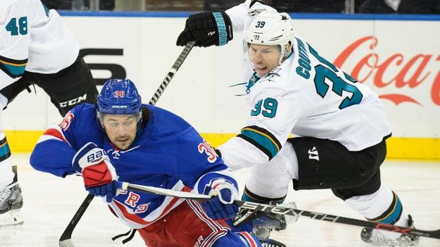Logan Couture (r.) drückt Rangers-Norweger Mats Zuccarello aufs Eis.