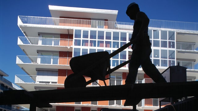 Silhouette eines Bauarbeiters.