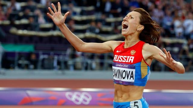 Marina Sawinowa läuft jubend ins Ziel.