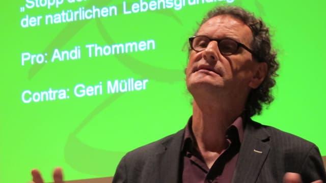 Geri Müller beim Sprechen vor einer Leinwand