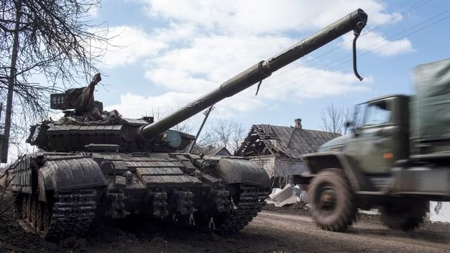 In camiun passa sper in char armà dals separatists pro-russ.