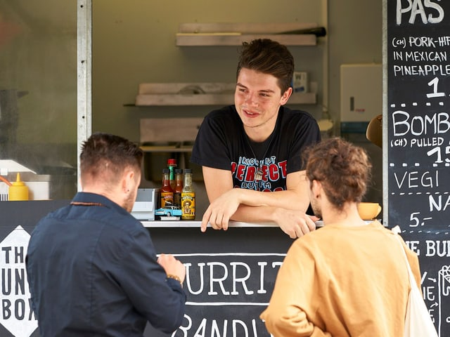 Bild vom Foodtruck und zwei Kunden