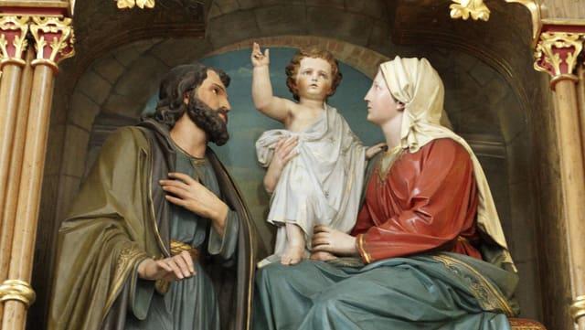 Heiligenstatue in einer Kirche mit Maria und Josef.
