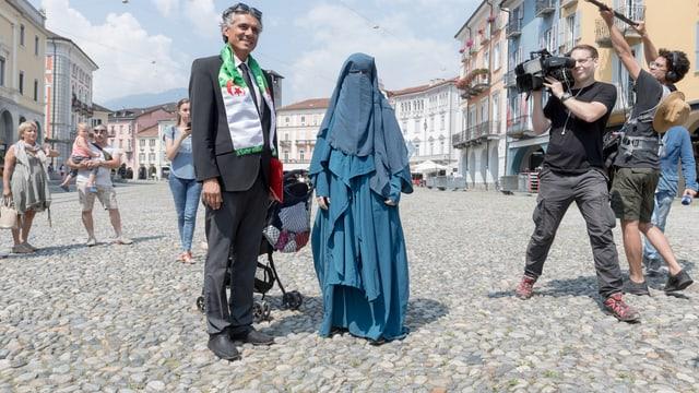 Die Frauenbeauftragte des Islamischen Zentralrats der Schweiz IZRS mit einem Niqab auf der Piazza Grande.