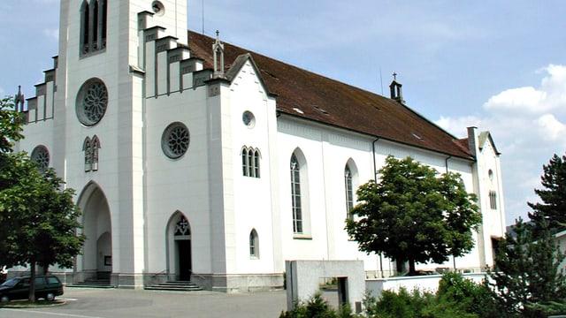 Blick auf den Haupteingang der Kirche Leuggern.