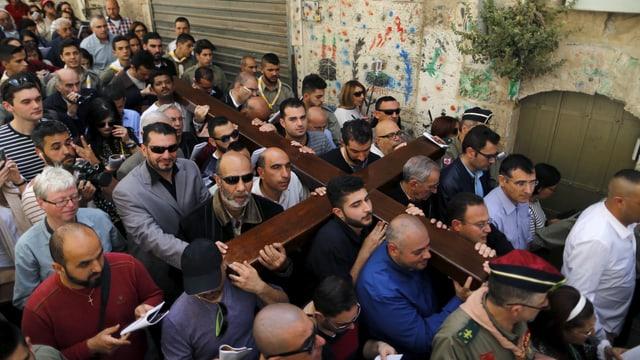 Gläubige bei der Prozession durch die Via Dolorosa in Jerusalem