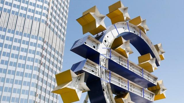 Euro-Skulptur, im Hintergrund das EZB-Gebäude in Frankfurt am Main