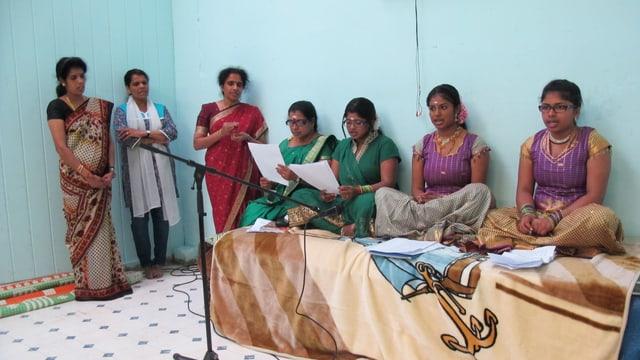 Frauen singen den Bhajan, einen hinduistischen Gebetsgesang.
