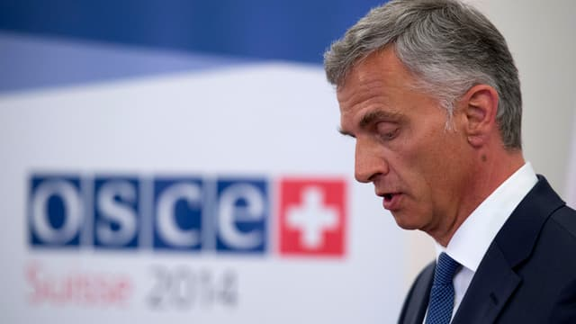 Burkhalter neben dem OSZE-Logo.