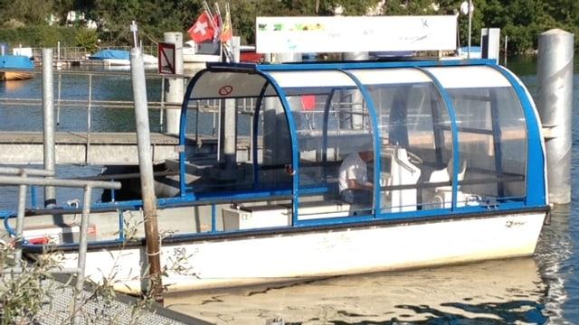 Die Passagiere der MS Rousseau wurden mit dem Fährboot aus Altreu vom aufgelaufenen Schiff gerettet.