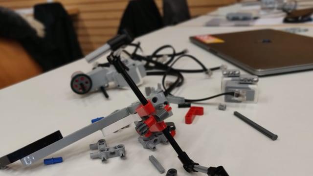 Legoteile auf einem Tisch
