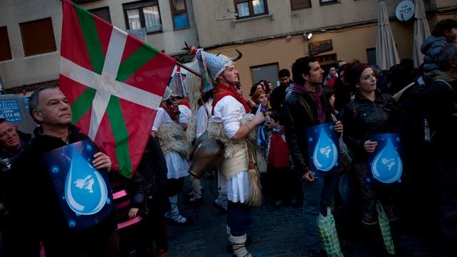 Demonstrant in traditioneller baskischer Tracht mit baskischer Fahne