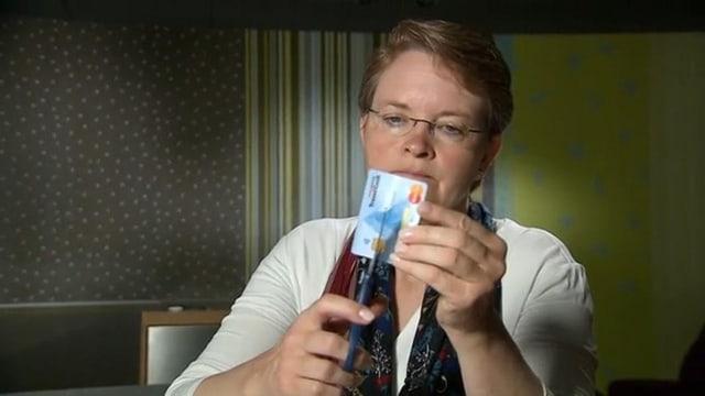 Frau zerschneidet Kreditkarte