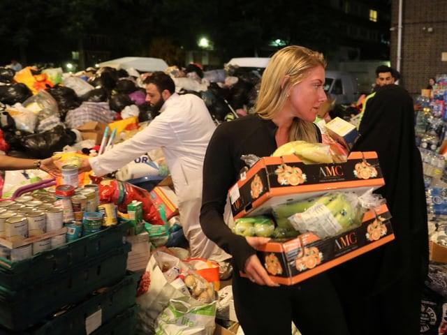 Freiwillige verteilen Nahrungsmittel