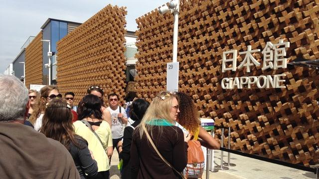 Lunga fila avant il paviliun dal Giapun.