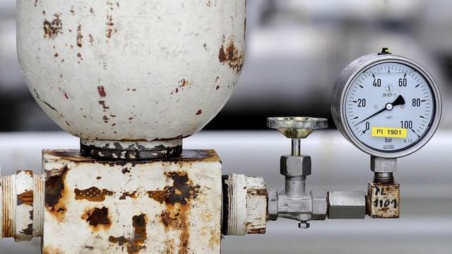 Ein rostiges Erdgasventil mit einer Druckanzeige.