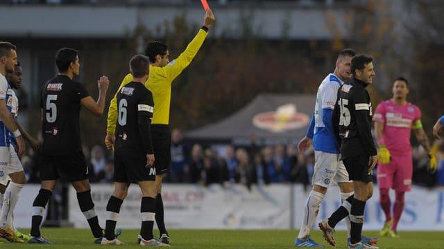 Varela muss im Cupspiel mit Köniz gegen GC vorzeitig mit Gelbrot unter die Dusche.