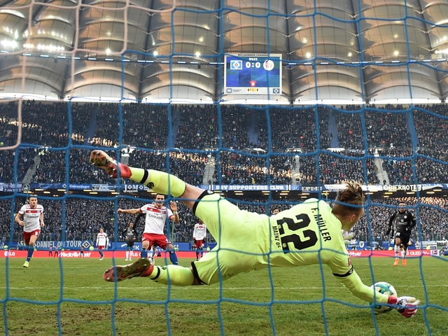 Florian Müller hält den Penalty von Filip Kostic
