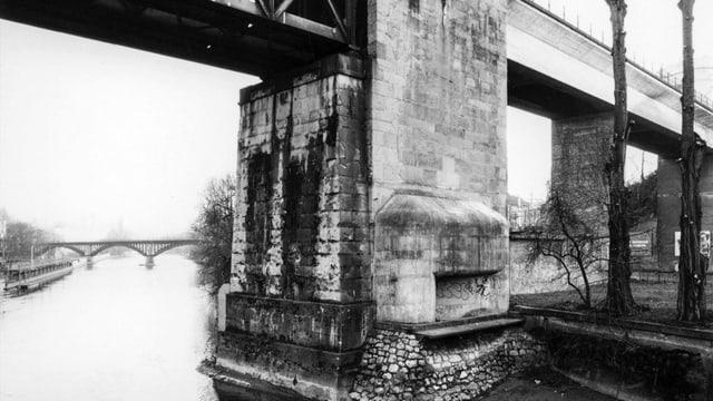 Die Säule des Bahnviadukts beim Unteren Letten. Darin versteckt lässt sich der Eingang zu einem Bunker erahnen.